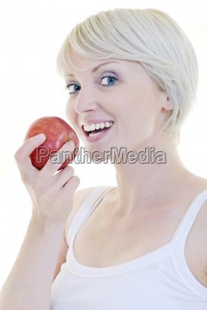 mujer joven feliz que come la