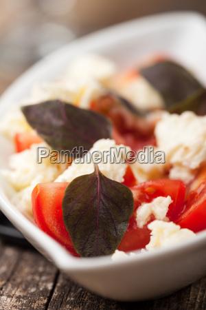 insalata caprese mit lila basilikum