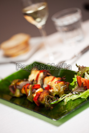 huehnerfleisch am spiess mit salat