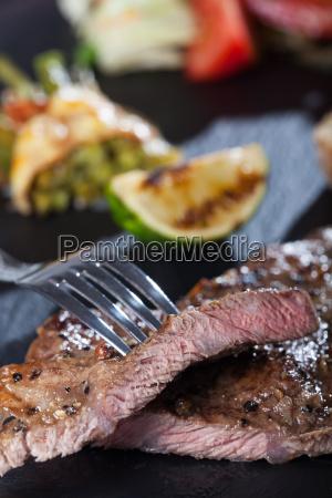 scheiben vom steak mit einer gabel
