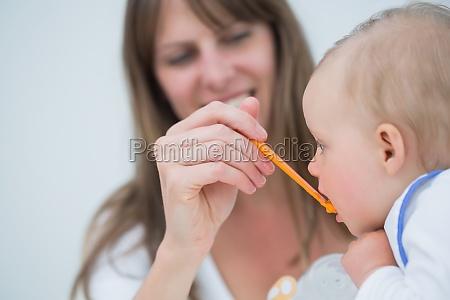 madre que introduce a un bebe