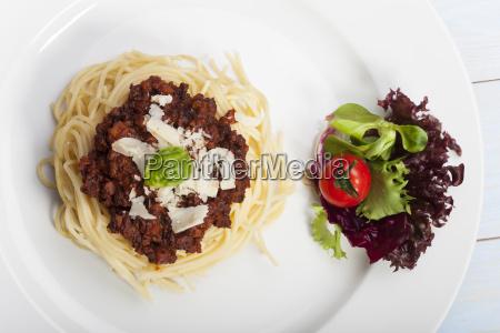 spaghetti mit sauce bolognese und basilikum