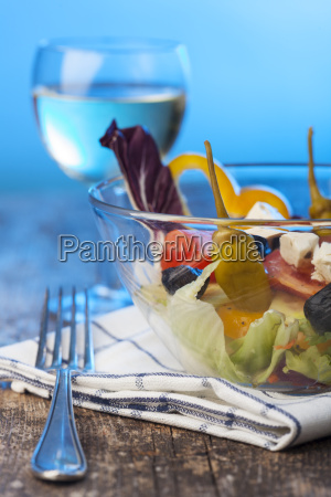 griechischer salat in einer glasschuessel