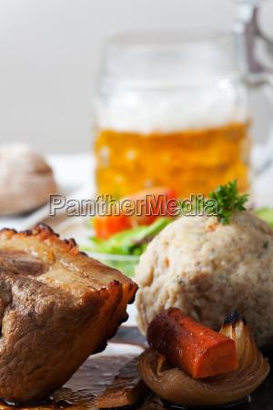 bayerischer schweinebraten mit semmelknoedel