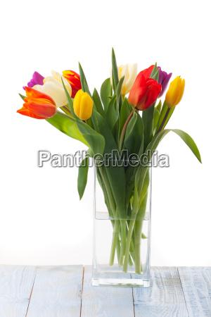 vase mit bunten tulpen