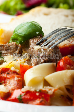tagliatelle mit steak und tomaten