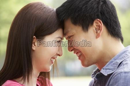 retrato de los pares chinos jovenes