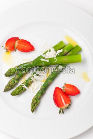 gruenem spargel und erdbeeren