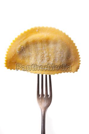 tortelloni auf einer gabel