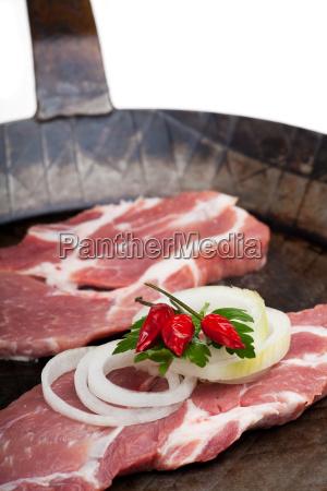 schweinefleischsteaks in einer eisernen pfanne