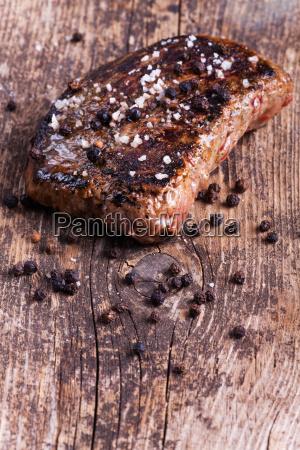 gegrilltes steak mit basilikum pfeffer und
