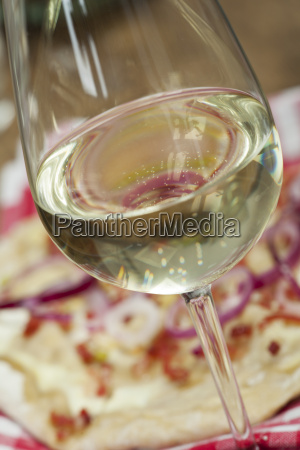 weisswein und franzoesischer flammkuchen