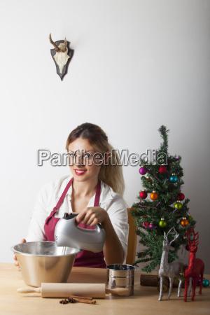 frau beim backen mit weihnachtsbaum