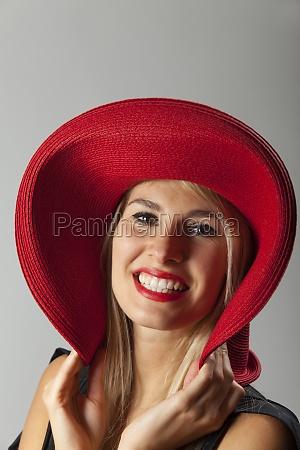mujer risilla sonrisas moda sombrero maquillaje