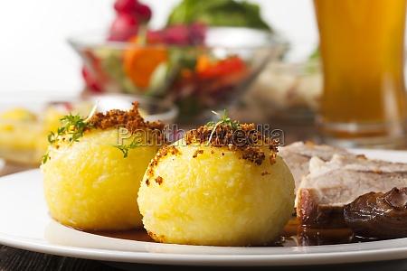kartoffelknoedel und bayerischer schweinebraten