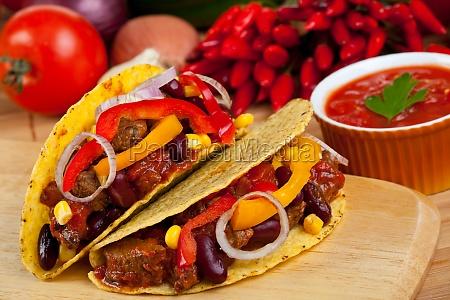 tortilla gefuellt mit bohnen und fleischsosse