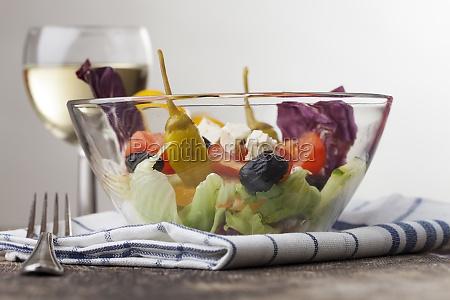 frischer salat in einer glasschuessel