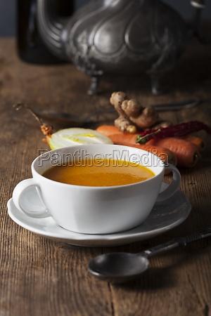 karottensuppe in einer weissen suppentasse