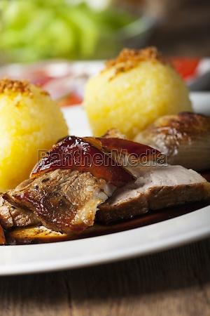 schweinebraten mit kartoffelknoedel