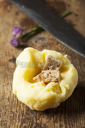 rohe kartoffelknoedel auf holz