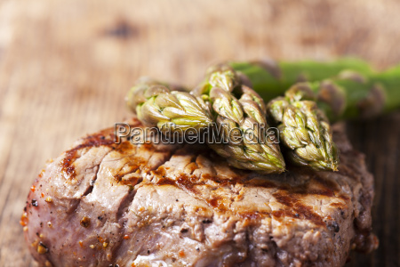 saftiges steak vom grill mit spargel