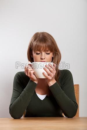 junge frau mit einer tasse kaffee