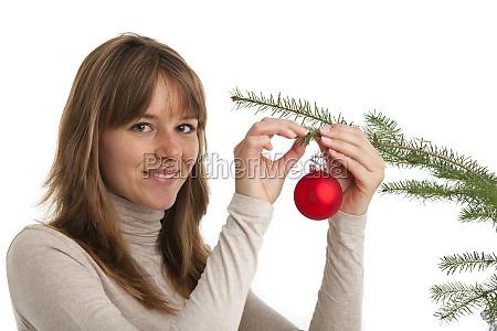 frau und eine weihnachtskugel