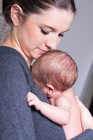 feliz joven madre sosteniendo a su