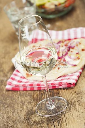 weisswein und franzoesische flammkuchen
