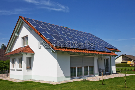 casa con el panel solar en