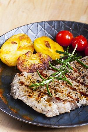 steak vom grill mit rosmarin in