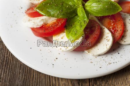 italienischer insalada caprese auf einem teller