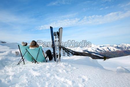 par de esquiadores que relaxam em