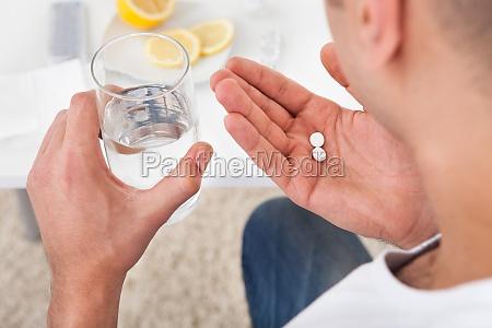 el hombre enfermo toma de comprimidos