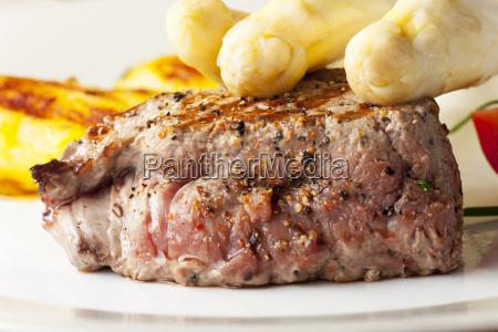 saftig gegrilltes steak mit spargel