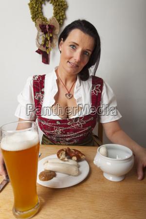frau mit bayerischen weisswuersten
