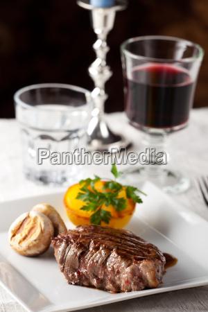 steak mit gegrilltem kartoffeln auf einem