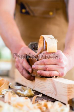 carpinteros o carpinteros con cepillo en