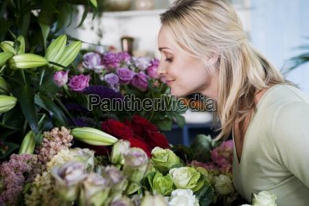 woman arrangement job inside flower flowers