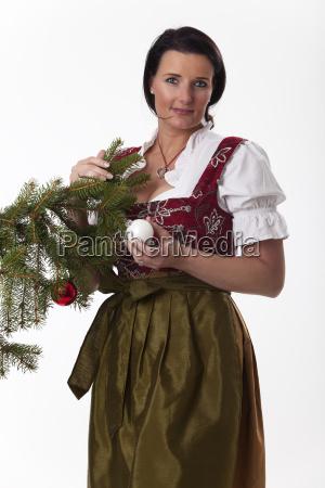 bayerische frau mit einem weihnachtsbaum