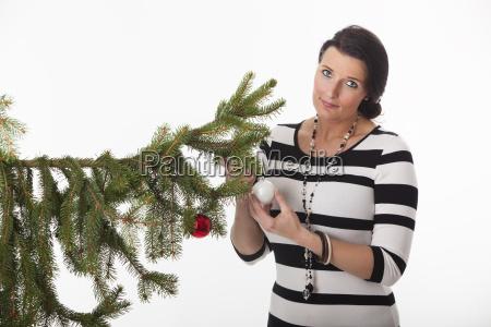 frau mit einem weihnachtsbaum
