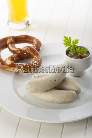 bayerische weisswurst mit bier