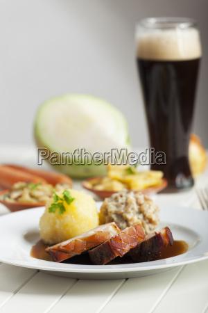 bayerischer schweinebraten und bier