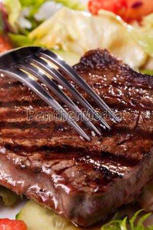 nahaufnahme einer gabel auf einem steak