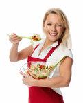 blonde hausfrau probiert einen gemischten salat
