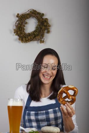 bayerische frau mit einer weisswurst