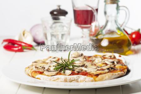 italienische pizza funghi auf einem weissen