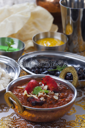indisches chickencurry in einem topf