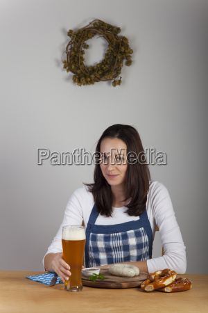 bayerische frau und ein bier