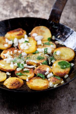 bratkartoffeln in einer eisernen pfanne